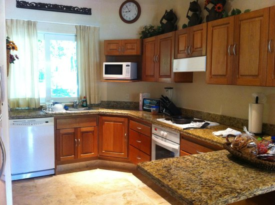 Chac Hal Al Condominiums: Kitchen in H-102, well-equipped