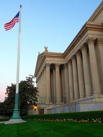 The National Archives Museum: Main entrance, line up on the opposite side