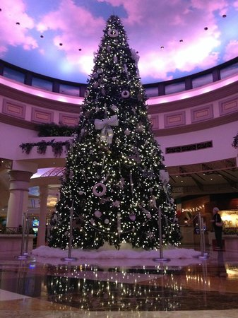 Dover Downs Hotel & Casino: Beautiful Christmas tree near the casino and shops