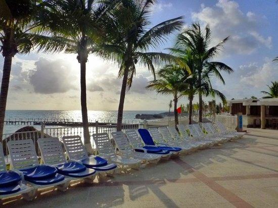 Hotel Riu Caribe: Pool deck