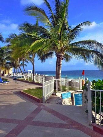 Hotel Riu Caribe: Part of pool deck