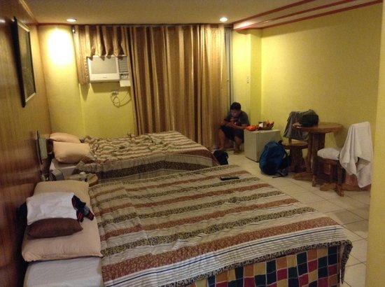 Laoag Renzo Hotel: Room 418