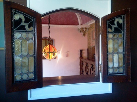 Solomon Mier Manor : The stained glass window in our room (Rose Room).