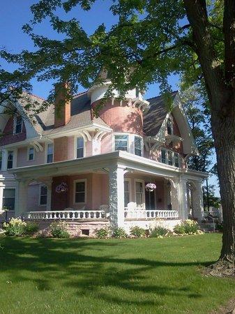 The outside of Solomon Mier Manor.