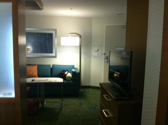 SpringHill Suites Bloomington: Living room view with wrap around couch