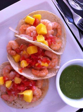 La Lunita: Shrimp tacos with mangos and peppers