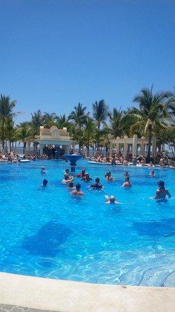 Hotel Riu Vallarta: La alberca Sur, de adultos al fondo el Bar.