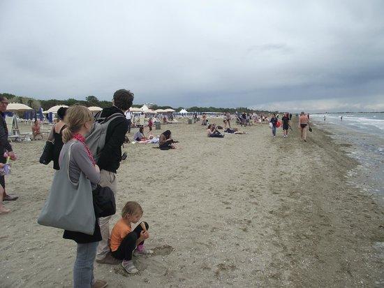 Lido Beach: Praia do Lido. Apesar do frio, havia banhistas.