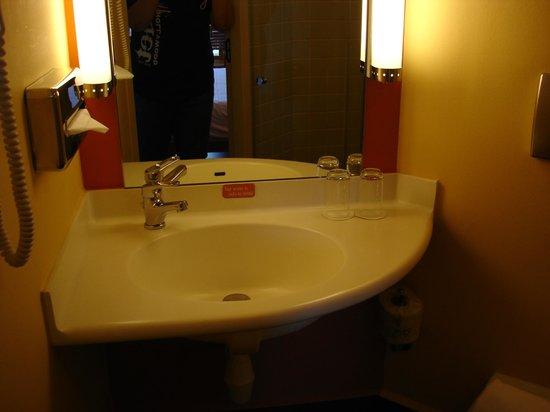 Ibis Singapore on Bencoolen: Clean bathroom...