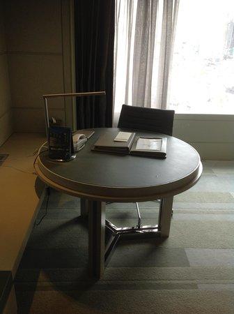Hotel Nikko Saigon: 丸形のテーブルが意外と使いやすい