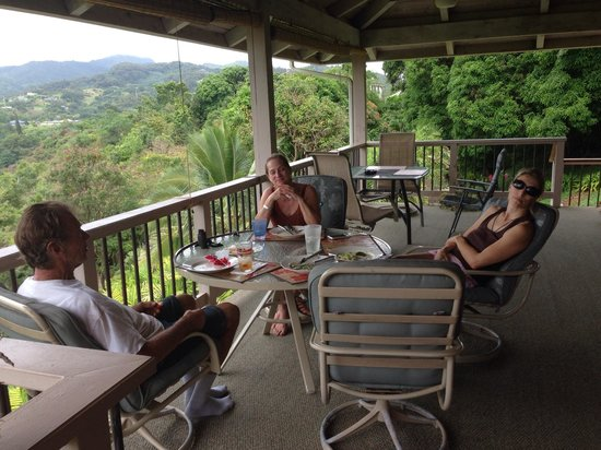 Marjorie's Kauai Inn: breakfast on lanai