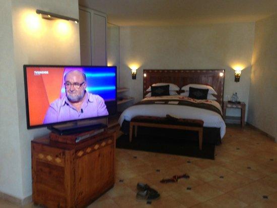 Le Medina Essaouira Hotel Thalassa Sea & Spa - MGallery by Sofitel-: grand lit avec écran 50 pouces