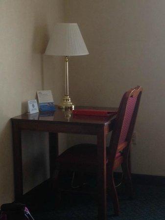 Days Inn & Suites Frostburg: Work desk and chair