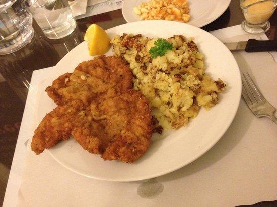Savoury and Sweet Restaurant: Yummy chicken schnitzel!!