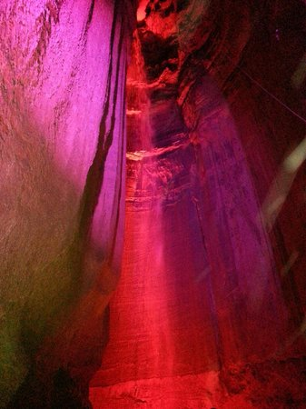 Ruby Falls : Spectacular waterfall