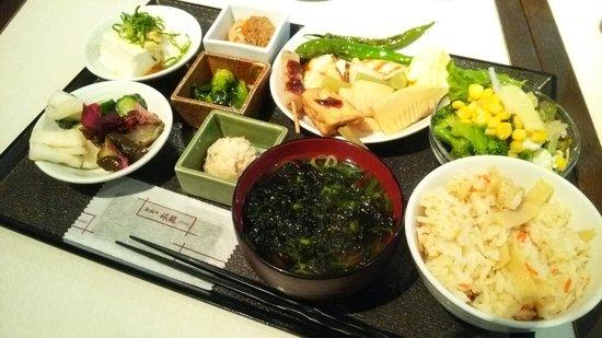 Dormy Inn Premium Kyoto Ekimae: 朝食バイキング。一部の写真ですが本当に沢山あります。