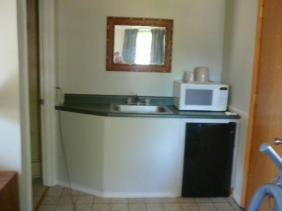 Tri-Manor Motel : Nice Kitchen sink with built in fridge and Micowave