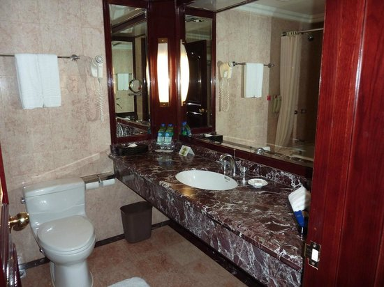 Howard Johnson Plaza Hotel Shanghai: Lots of counter space in the bathroom!