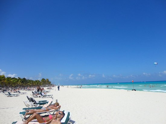 Hotel Riu Yucatan: beach in front of resort