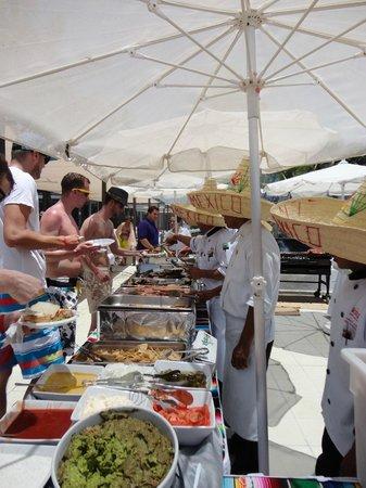 Hotel Riu Yucatan: Mexican buffet at beach