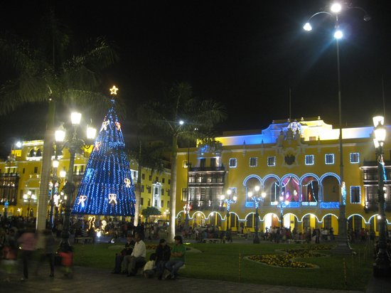 Plaza de Armas (Plaza Mayor): Presidential Palace at Christmas