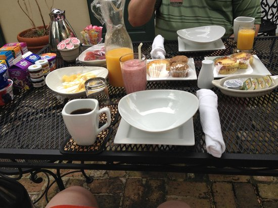 Audubon Cottages: Continental breakfast served in our courtyard