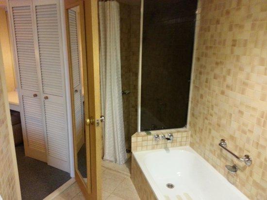DoubleTree by Hilton Hotel Esplanade Darwin : Tub plus shower