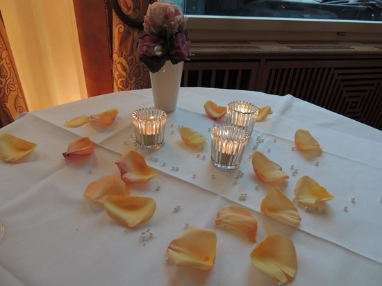 SCALA RESTAURANT - Art Deco Hotel Montana: Romantic table decor