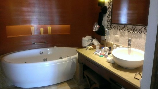 Secrets Puerto Los Cabos Golf & Spa Resort: Nice Jacuzzi tub, 2 sinks, and a spacious walk in shower