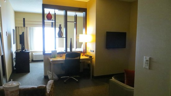 Cambria hotel & suites Traverse City: Partial room divider between living room and bedroom