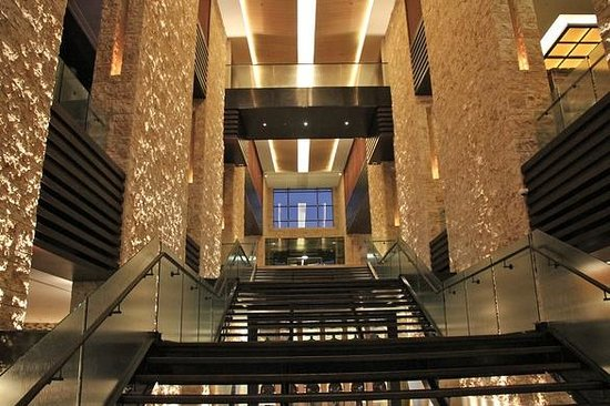 The Westin Abu Dhabi Golf Resort & Spa: Staircase from lower level to lobby