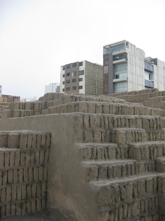 Huaca Pucllana: 1000 year old pile of bricks
