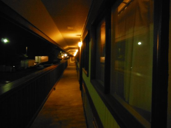 Red Roof Inn Kalamazoo East: corridor at night