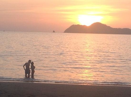 Tico Tours Guanacaste Bernal Mata: This couple got in the way of my sunset photo....
