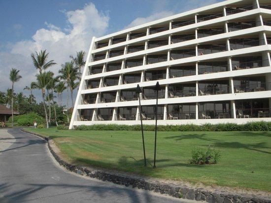 Mauna Lani Bay Hotel & Bungalows: ビーチから見た客室棟