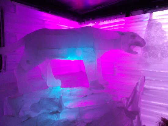 Glaciarium: Bat de hielo, escultura