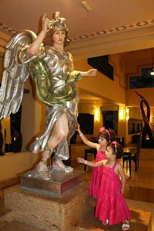Hotel Riu Santa Fe: Angels at the lobby