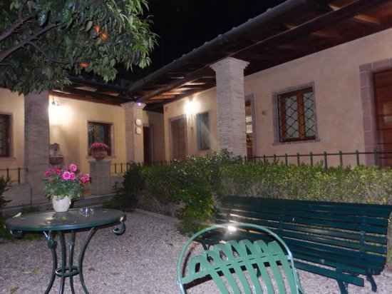 Hotel Santa Maria : Hotel courtyard with orange trees