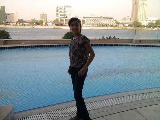 Hilton Cairo Zamalek Residences: سلمى والخلفيه الرائعه حمام السباحه والنيل