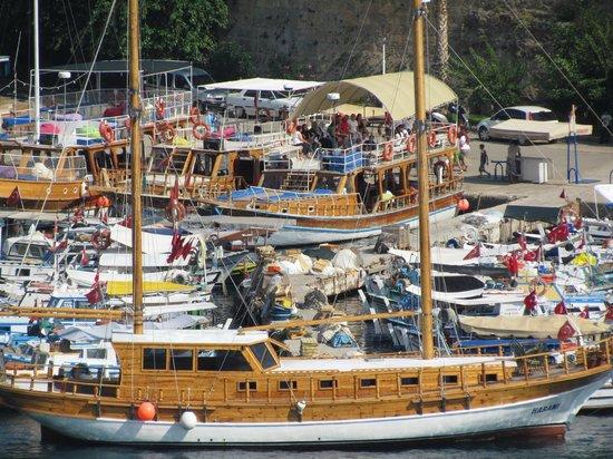 Harbour District/ Antalya Marina: Туристы на яхте