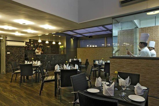 Country Inn & Suites by Radisson, Goa Panjim: Mezz Bar & Grill