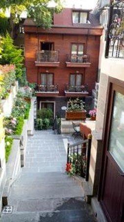 Garden House Istanbul: Escaleras al restaurante