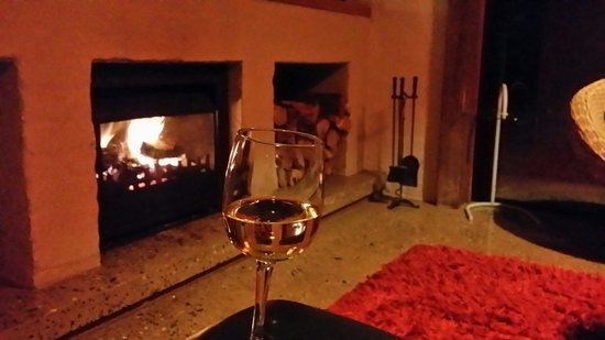 Borrodell Vineyard: Cosy fireplace in the Kingston suite