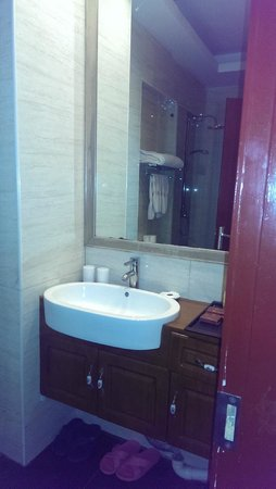 Traditional View Hotel: modern bathroom