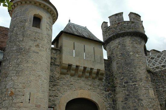 Château de Cénevières : L'entrée du château de Cénevieres