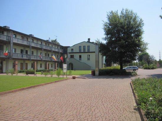 Hotel Della Torre 1850: piazzale e parcheggio