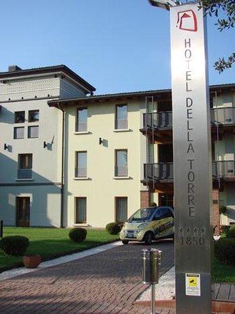 Hotel Della Torre 1850: totem all'ingresso