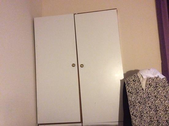 Lancaster Court Hotel : wardrobe!