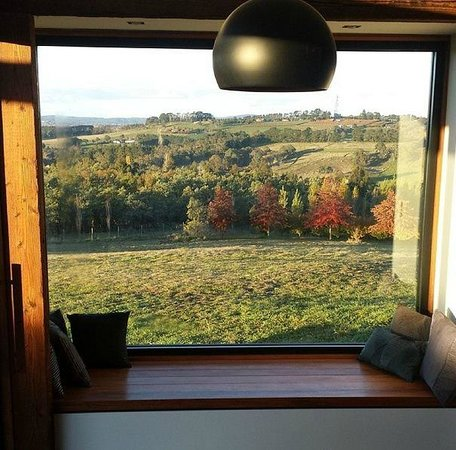 Borrodell Vineyard: Large window with the view down the valley.