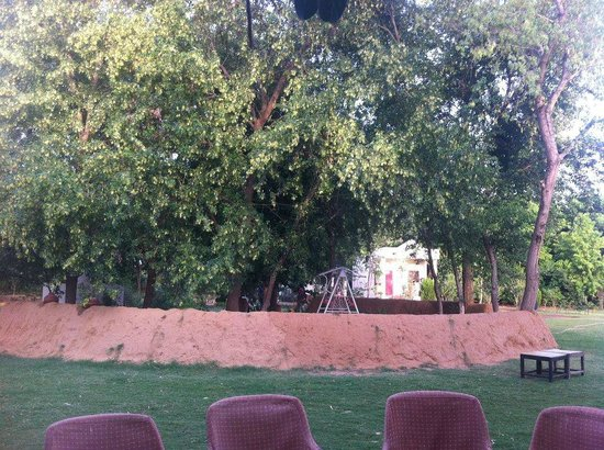 Tiger Machan Resort: Sitting area between the trees